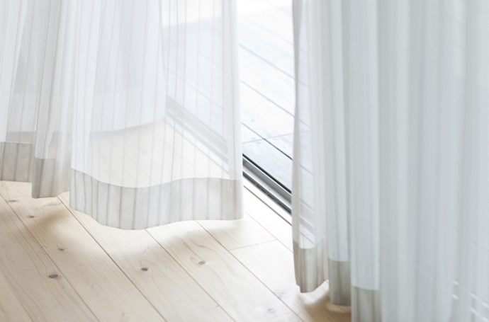 Curtains do more than just offer privacy. They add style and can visually transform a room. Here are some tips on how to hang curtains for maximum results. And it also includes a printable guide! | The No-Fuss Guide on How to Hang Curtains | #howtohangcurtains #curtains #drapes #windowtreatments | TheCasaCollective.com