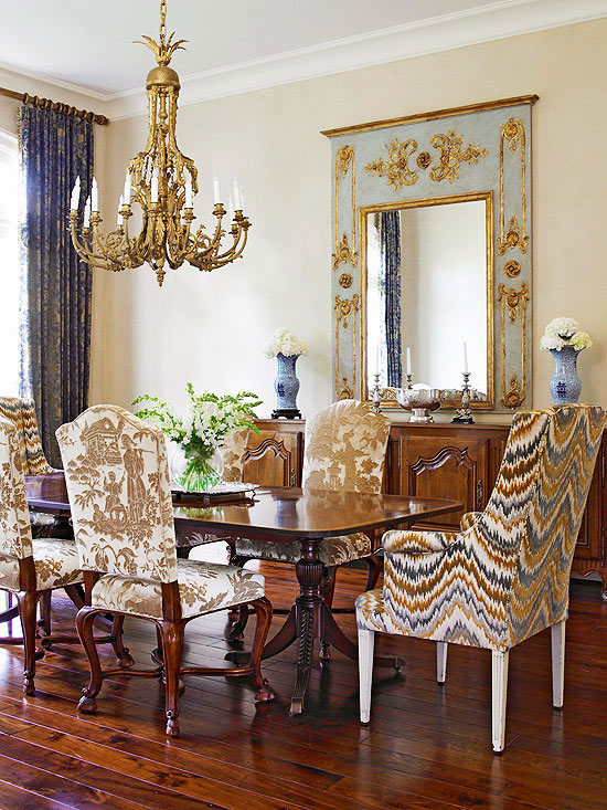The toile de Jouy covered chairs look amazing in this traditional dining room. I love all the options for decorating with toile that are shared in this blog post! | #toile #toiledejouy #decoratingwithtoile #interiordecorating #interiordesign #decor #decorideas #homestyling #decoratingwithpattern #homedecor #homestyle #decoratingblog #decorblog #decoratingblogger #designblog #designblogger #interiordecoratingblog #interiordesignblog #learninteriordecorating